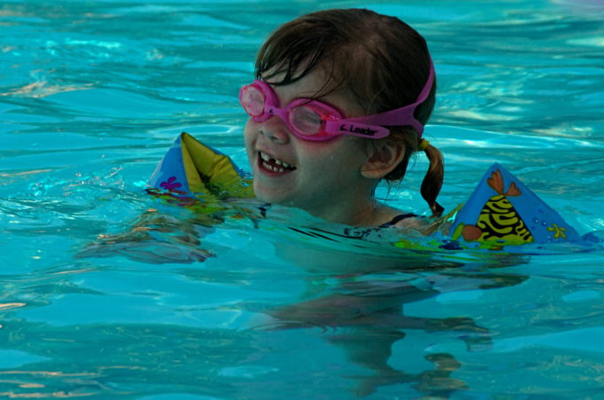 Child_wearing_inflatable_armbands_and_goggles